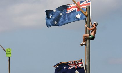 Raising the flag at Cronulla beach, 2005. © Cameron Spence / Getty Images