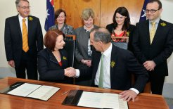 Senator Bob Brown of the Greens signs an agreement with Prime Minister Julia Gillard to support a minority government before fellow Greens Rachel Siewert, Christine Milne, Sarah Hanson Young and Adam Bandt as well as Treasurer Wayne Swan © Greens MPs/Flickr