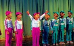 Children performing for tourists in Sinuiju, North Korea. © Linda Jaivin