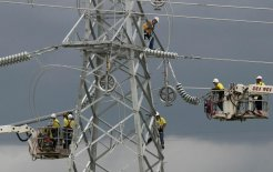 Electricity workers in Brisbane. © Tim Marsden / Newspix