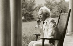 Mark Twain at home in New Hampshire, 1906. The writer penned the annotation as part of a series of narrative portraits. © Bettmann / Corbis