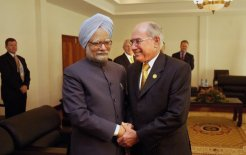 An encounter between impatient Australia and non-committal India: John Howard with Indian PM Manmohan Singh in 2004. © Penny Bradfield/Fairfax Syndication