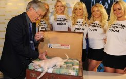 """Dick Smith (with friends) reveals $1 million to be awarded to a person under 30 who shows leadership in tackling Australia's """"population crisis"""", 2010. © Paul Miller/AAP Image"""